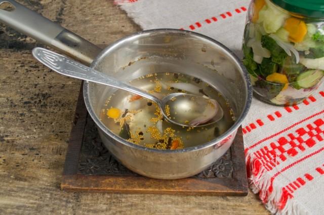 Варим заливку для салата с сахаром, солью и специями