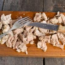 Варёную свинину режем кубиками
