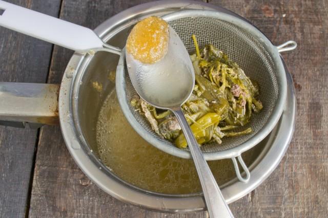 В процеженный бульон добавляем желатин, нагреваем до 80 градусов