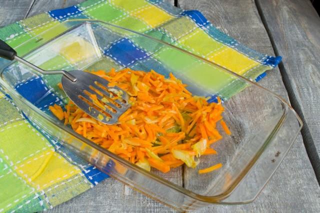 Лук и морковь пассеруем на сковороде, выкладываем в форму
