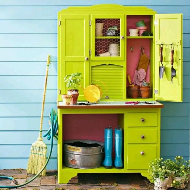 В любом тенистом уголке можно создать яркий рабочий стеллаж или шкаф для инструментов