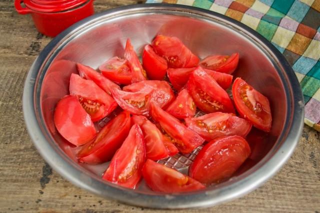 Тщательно моем помидоры, нарезаем крупно