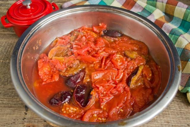 Увариваем сливы с помидорами на среднем огне примерно 30 минут