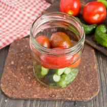 Добавляем помидоры к огурчикам