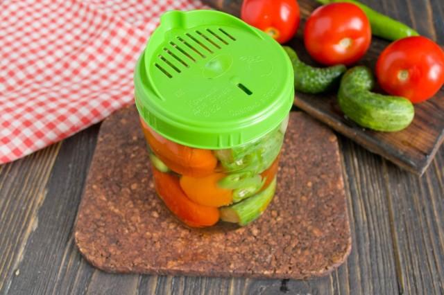 Заливаем овощи кипятком, меняем воду два раза и оставляем овощи нагреваться