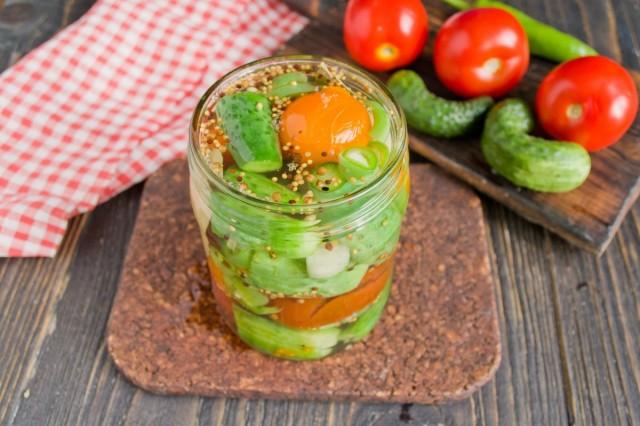 Сливаем горячую воду с овощей, заливаем маринадом