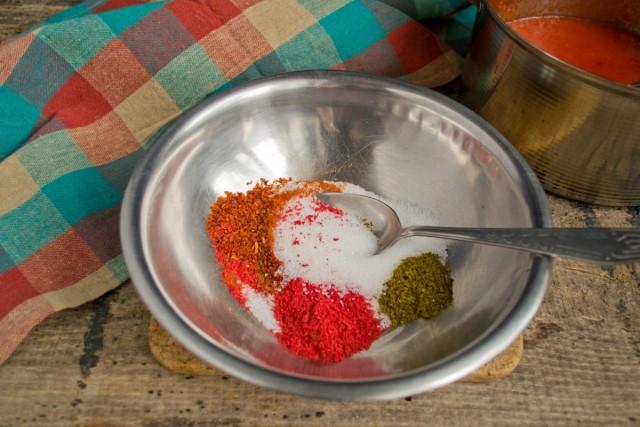 Подготавливаем специи и приправы к соусу