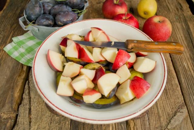 Моем и нарезаем яблоки кубиками