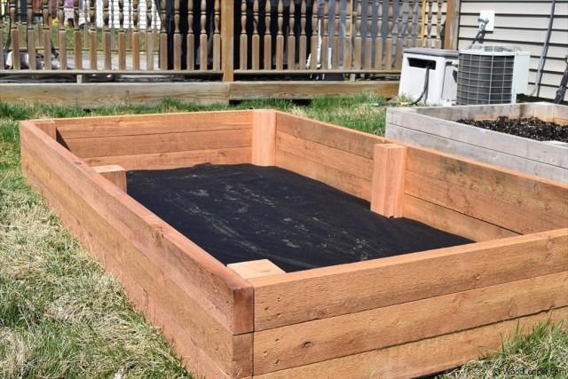 На дно грядки можно положить любой нетканый материал или картон, а сверху насыпать почву
