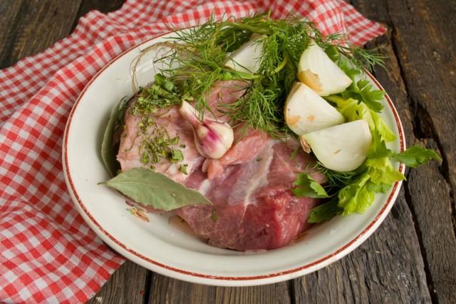 Начинаем с варки мяса — берем нежирный кусок вырезки
