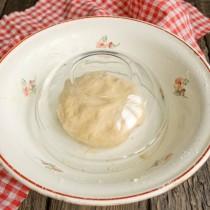 Скатываем тесто в шар, накрываем миской, оставляем на 30 минут