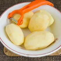 Очищаем картофель от кожуры