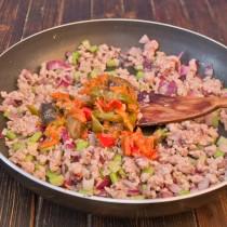 Добавляем в сковороду овощную солянку