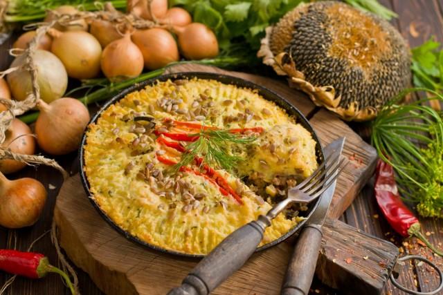 На стол картофельный пирог с фаршем подаём горячим и украшаем зеленью