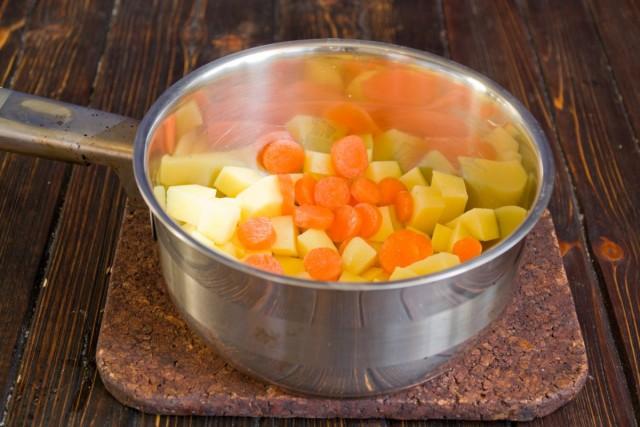 Добавляем к картофелю морковь
