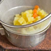Откидываем припущенные овощи на сито