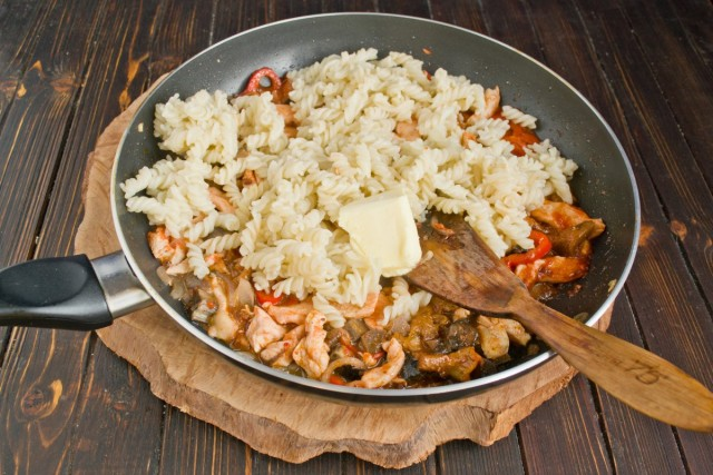 Смешиваем макароны с курицей и грибами