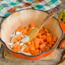 Морковь обжариваем вместе с луком на сильном огне