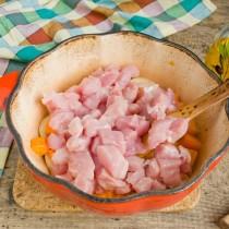 Бросаем нарезанное мясо в жаровню