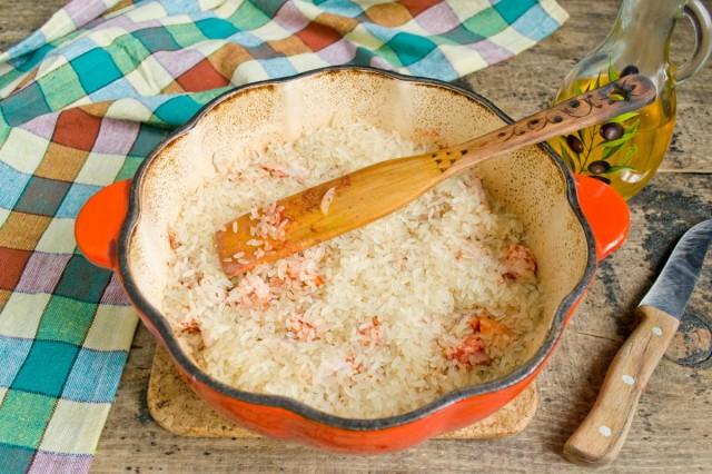 Высыпаем пропаренный длинный рис