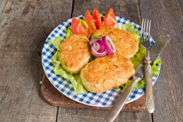 Подаём рубленые котлеты с салатом и свежими овощами
