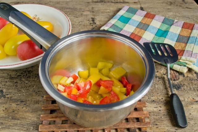 В сотейник с толстым дном бросаем мелко порезанные помидоры