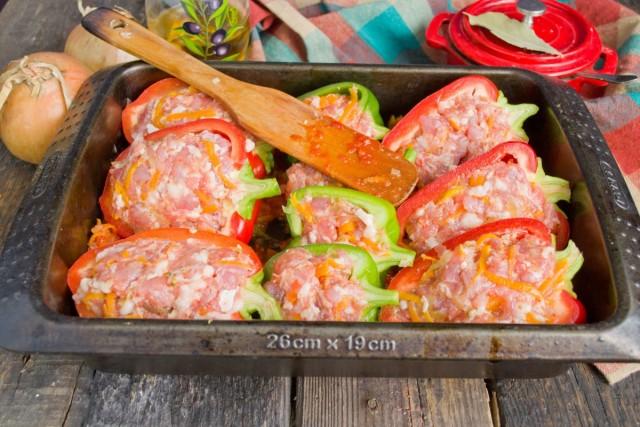 Выкладываем в форму тушеные овощи и сверху фаршированный перец