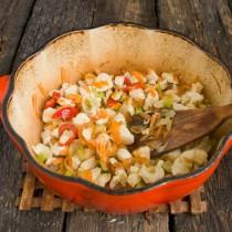 Обжариваем овощи с курицей на маленьком огне 10 минут