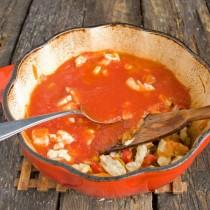 Добавляем в кастрюлю томатное пюре и готовим всё вместе 20 минут