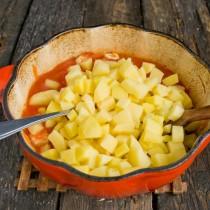 Добавляем в кастрюлю нарезанный картофель