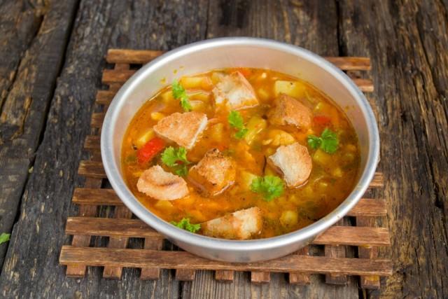 Для подачи добавляем в итальянский куриный суп гренки и украшаем зеленью