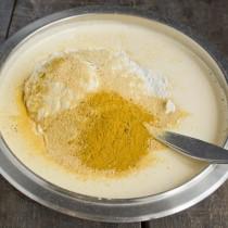 Добавляем муку, пекарский порошок, перемолотые апельсиновые корочки или цедру апельсина, корицу