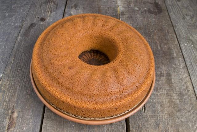Выкладываем готовый пирог на доску или тарелку