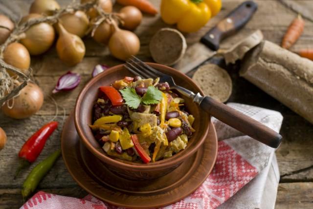 Салат с красной фасолью и курицей