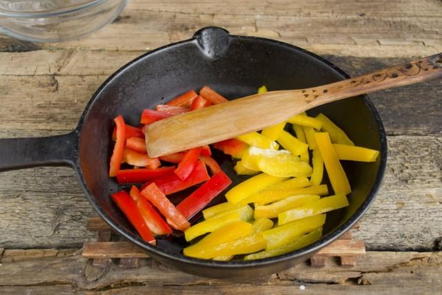 Сладкий перец обжариваем на среднем огне 4-5 минут