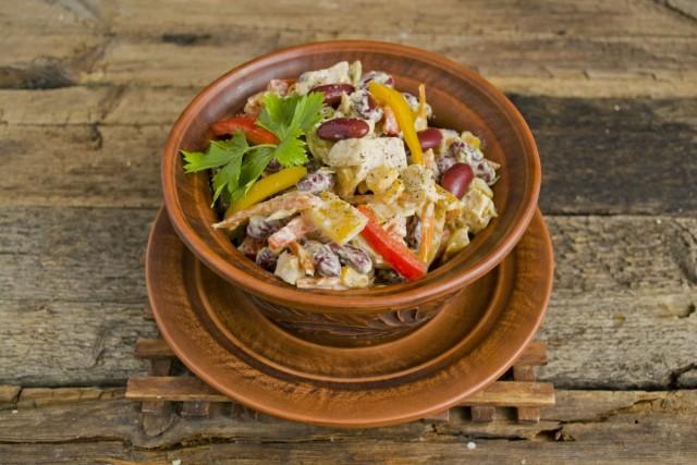 Украшаем салат свежей зеленью перед подачей