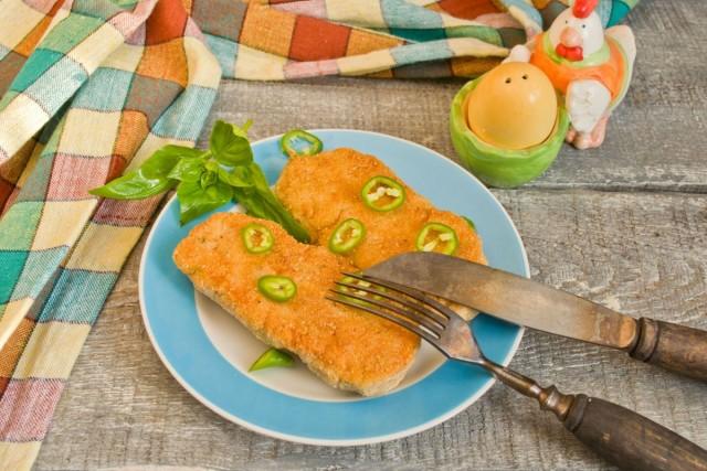 Украшаем готовые сочные котлеты зеленью и колечками горького перца
