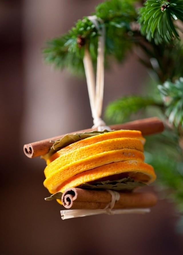 Ёлочная игрушка из апельсина и корицы