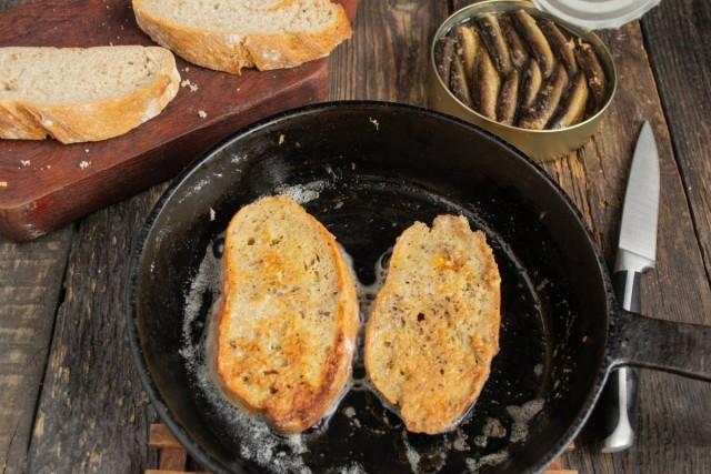 Обжариваем ломтики хлеба до золотистого цвета