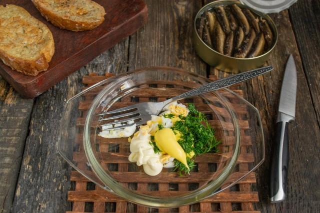 К варёному яйцу добавляем сырный соус, майонез, сыр и укроп