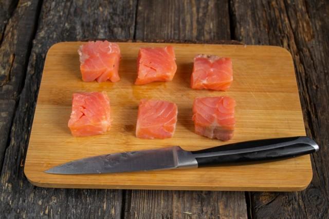 Разрезаем толстый кусок слабосолёной сёмги на 6 одинаковых ломтиков