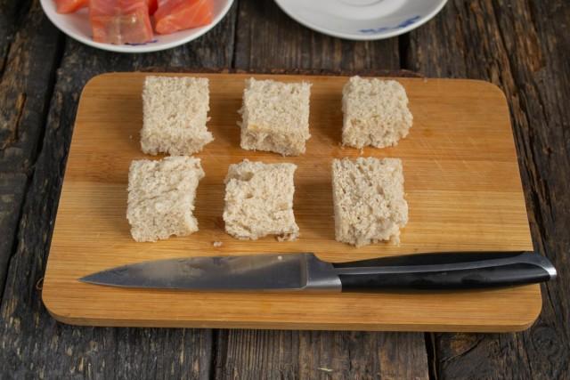 Нарезаем мякиш хлеба кубиками и подсушиваем в духовке