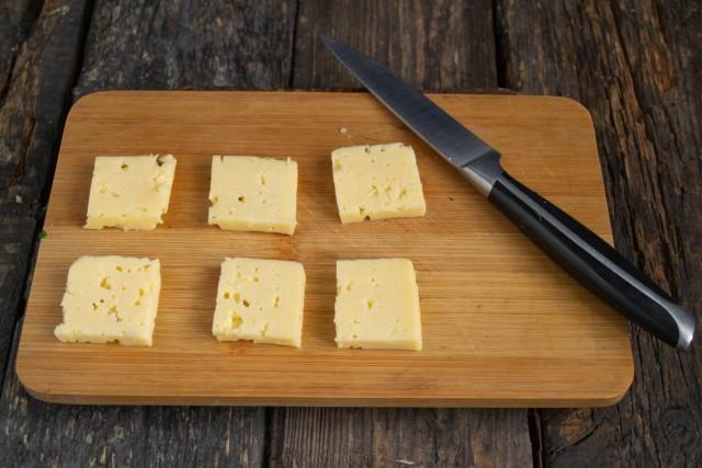 Вырезаем 6 ломтиков сыра