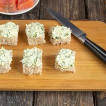 Намазываем ломтики хлеба укропным маслом