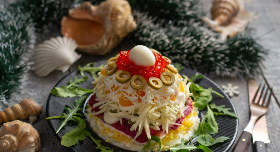 Салат «Новогодний» с красной рыбой и икрой
