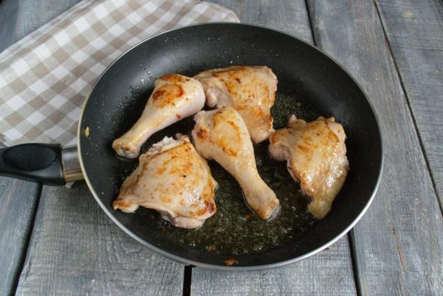 Обжариваем курицу до золотистой корочки