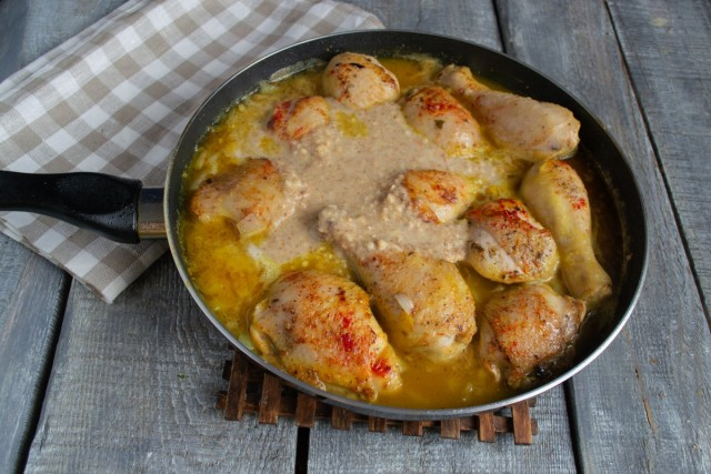 Перемешиваем курицу с ореховым пюре и доводим до кипения