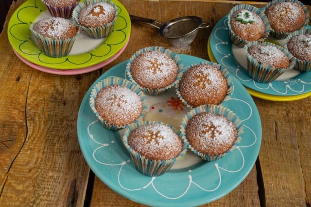 Остывшие домашние кексы с сухофруктами посыпаем сахарной пудрой. Приятного аппетита!
