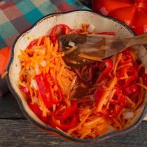Добавляем томатное пюре, соль, сахар и готовим на маленьком огне