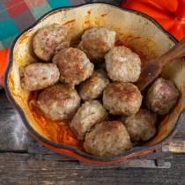 Выкладываем шарики к соусу